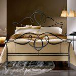 Кованая кровать как главный декоративный элемент в интерьере спальни