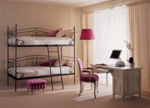 кровать и стол письменный
