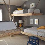кровать и лампа