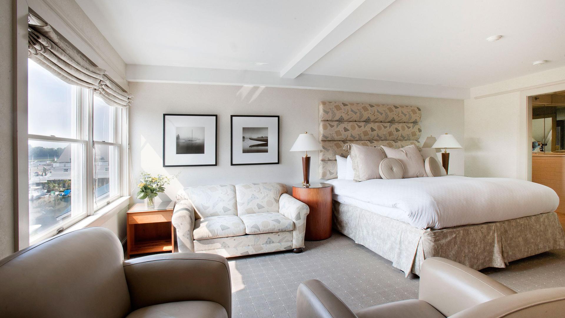 Фото интерьер спальни с диваном