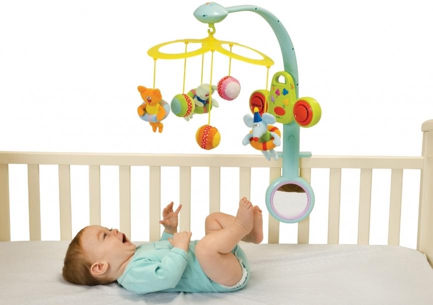 Детский мобиль с яркими игрушками