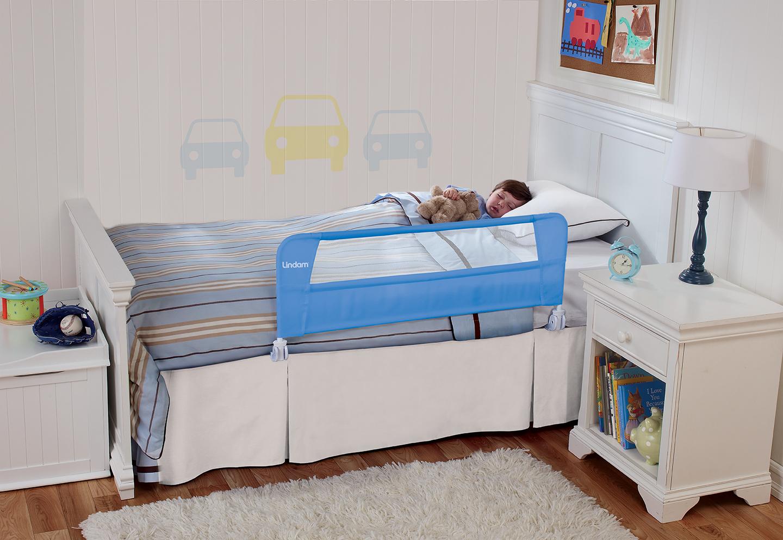 Даже легкого бортика достаточно, чтобы обезопасить ребенка во время сна