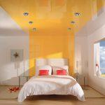 Преимущества применения натяжного потолка в спальне