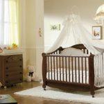 Деревянная кроватка для дома