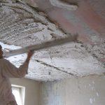 Этапы оштукатуривания потолка в спальне