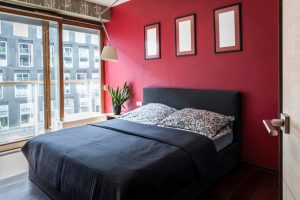 Красная стена в спальне