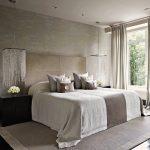 Кровать, расположенная у окна