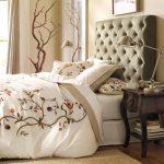 Мягкий декор изголовья кровати