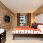 Одноуровневый натяжной потолок в спальне