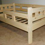Особенности детских кроватей на основе сосны