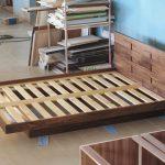 Практичный каркас кровати из массива