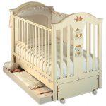 Светлая кроватка для ребенка
