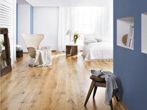 Светлый пол в спальне