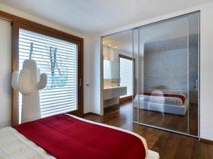 Стильные раздвижные двери в спальню