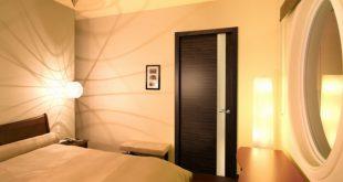 Темные межкомнатные двери в спальне