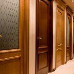 Натуральный массив в производстве межкомнатных дверей