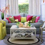 Журнальный столик — небольшой практичный элемент в гостиной