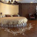 Круглая кровать в интерьере современной спальни: фото мебели, которая обладает комфортом и уютом (38 фото)