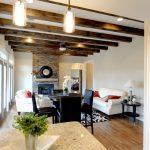 Открытые потолочные балки и фальшбалки в интерьере дома (38 фото)