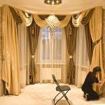 Оформление окна в гостиной яркими, красивыми шторами — О Комнате