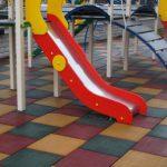 Чем хороша резиновая плитка для благоустройства детской площадки