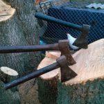 Как надежно насадить топор на топорище дедовским методом