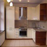 Малогабаритная угловая кухня эконом класса в небольшом помещении — О Комнате