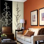 Сочетание двух цветов обоев, а также с полом, дверями и потолком