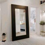 Настенное зеркало для прихожей