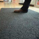Зачем нужны сменные ковры в офис?